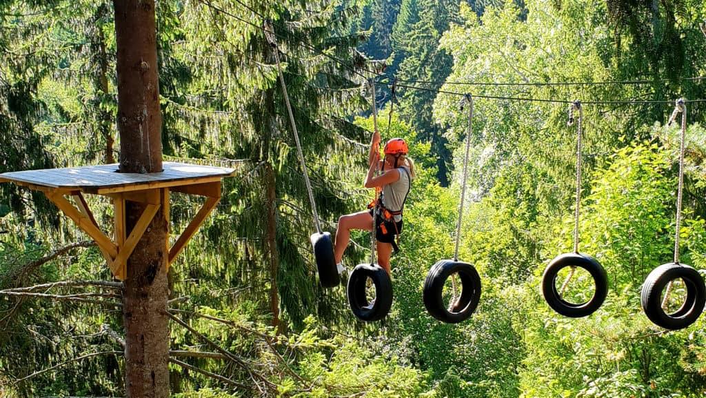 En man genomför en höghöjdsbana 18 meter över marken.