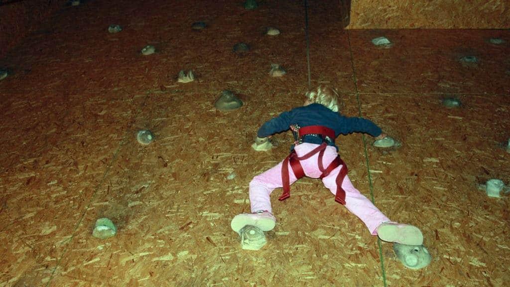 En person klättrar på en klättervägg