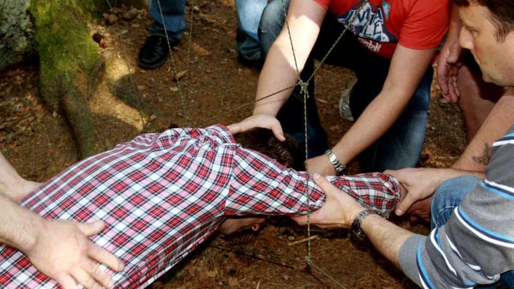 Flera personer försöker lösa en grupputvecklingsbana.