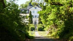 En grusgång leder upp till Baldersnäs herrgård.
